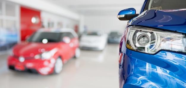 Nouvelles voitures à l'intérieur de la salle d'exposition du concessionnaire