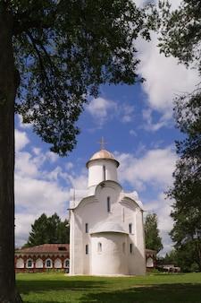 Novgorod, russie, monastère de perynski, l'église de la nativité de la bienheureuse marie.