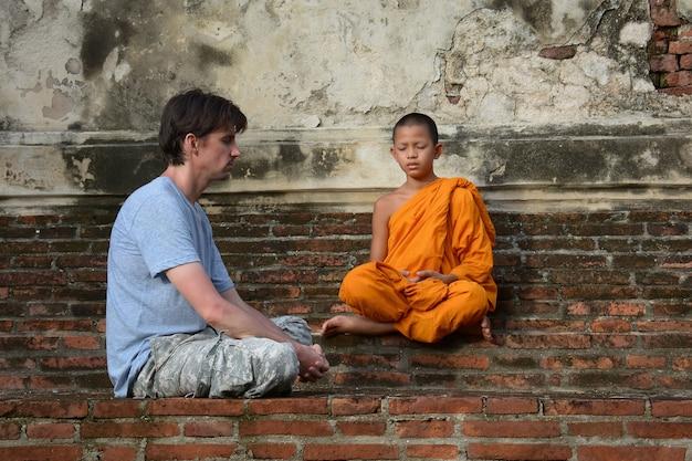 Novices et hommes américains méditation au wat yai chaimongkol, ayutthaya, thaïlande, 21 mai 2021.