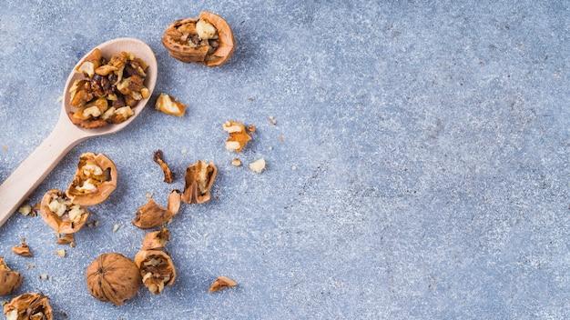 Noyau de noix sur une cuillère en bois sur le fond de granit