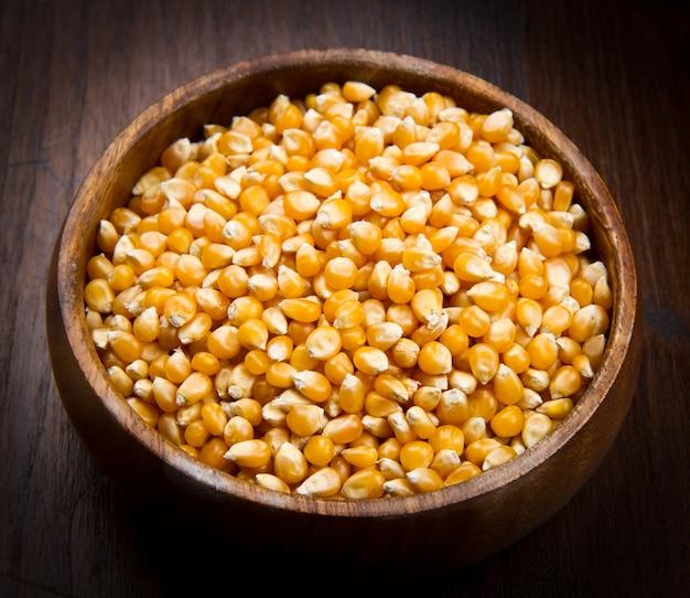 Noyaux, graines de maïs sur bol en bois