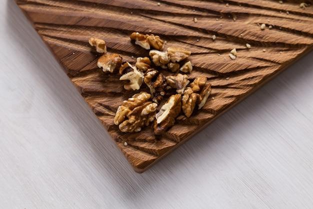 Noyaux de noix sur le concept de conseil rustique de la nourriture saine et du végétarisme