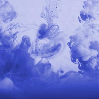 Nuage abstrait de brume dans le bleu