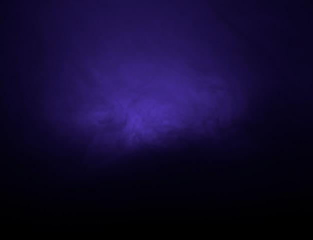 Nuage abstrait de brume pourpre dans l'obscurité