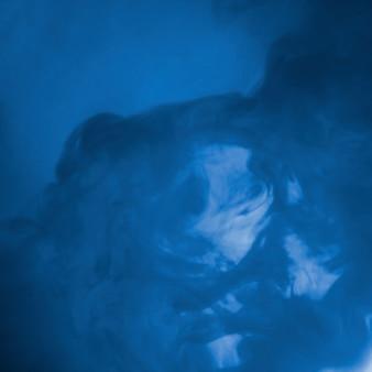 Nuage abstrait entre brume bleue