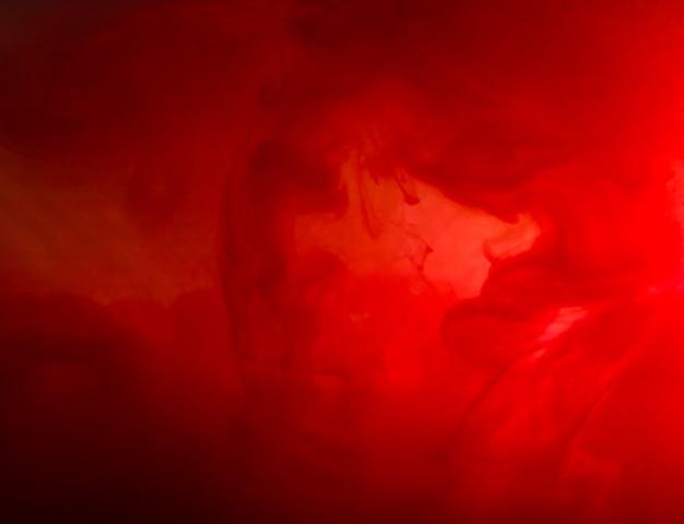 Nuage abstrait entre brume rouge