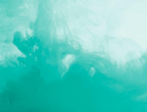 Nuage azur dense de brume dans un liquide