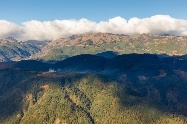 Nuage blanc au sommet d'une montagne, magnifique paysage