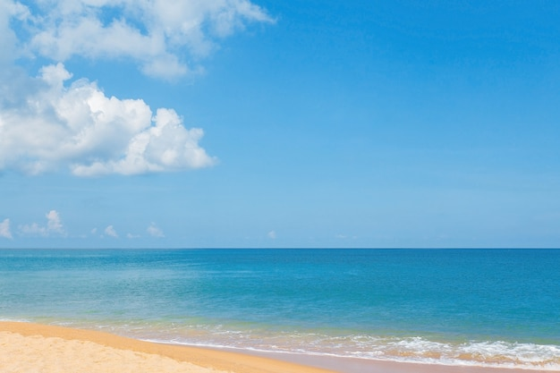 Nuage blanc ciel bleu et mer avec terre verte comme vue sur la mer en arrière-plan naturel