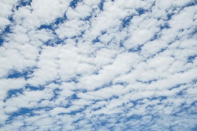 Nuage blanc sur le ciel bleu