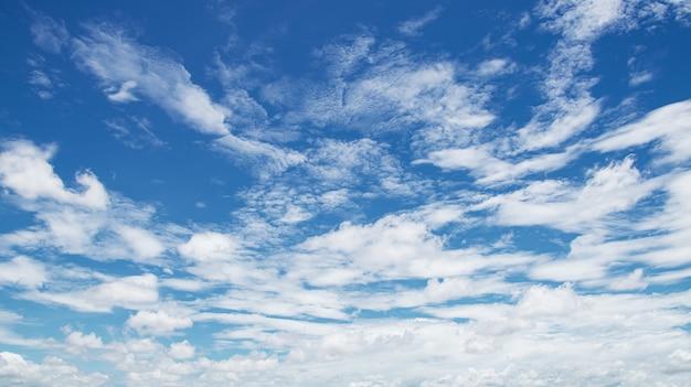 Nuage blanc avec ciel bleu