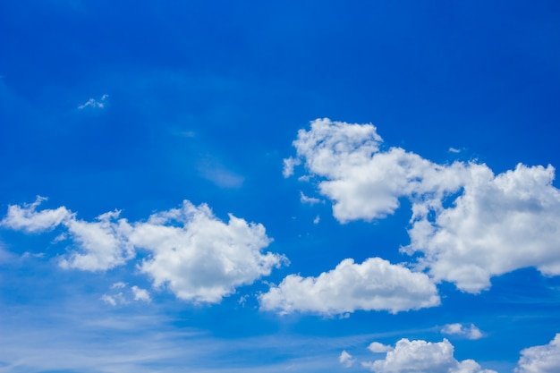 Nuage blanc sur ciel bleu