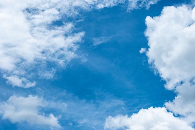 Nuage blanc couvert d'un ciel bleu
