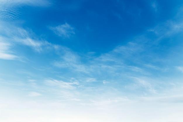 Nuage blanc avec fond de ciel bleu