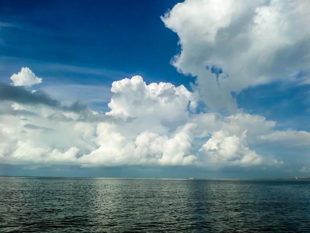 Nuage blanc mer et plage