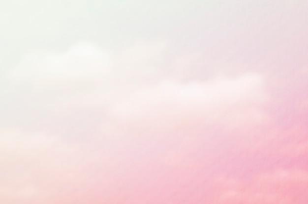 Nuage blanc et rose avec une superposition de papier aquarelle