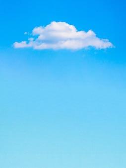 Nuage blanc solitaire au-dessus du ciel bleu, préfabriqué pour la conception