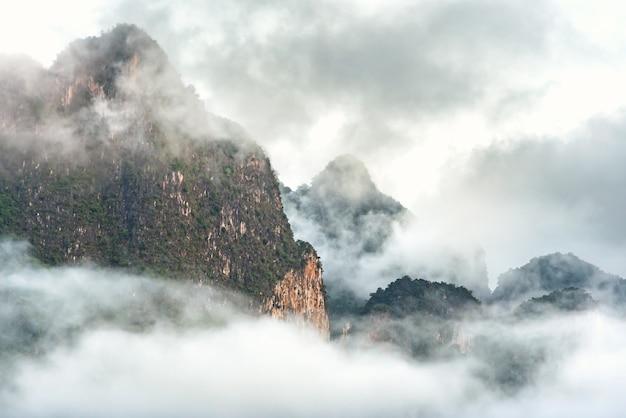 Nuage et brouillard couverts sur la montagne supérieure