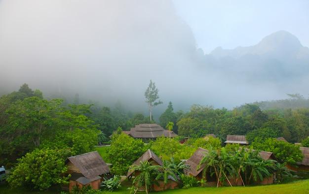 Nuage de brouillard du village