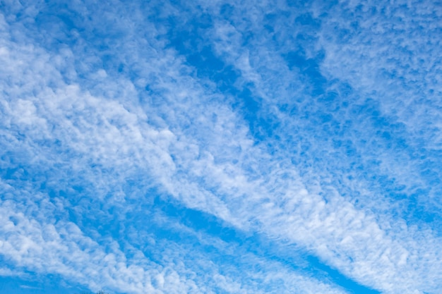 Nuage de ciel bleu en hiver pour la texture de fond