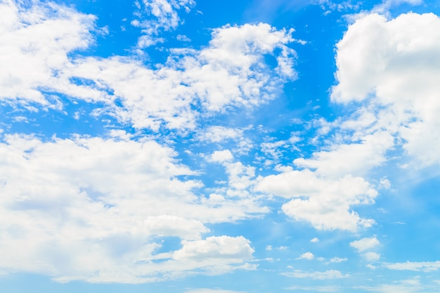 Nuage sur ciel bleu