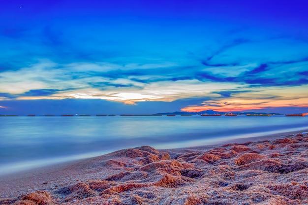 Nuage de ciel de mer au coucher du soleil longue exposition