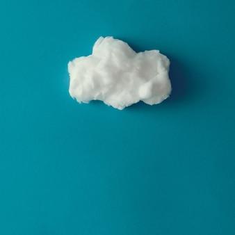 Nuage en coton sur surface bleue