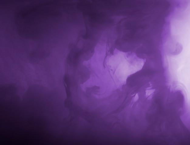 Nuage dense entre brume pourpre