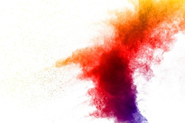 Nuage d'éclaboussure de poussière de couleur sur fond blanc. lancé une explosion de poudre de couleur sur le fond.