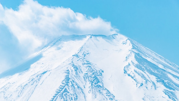 Nuage d'éruption sur le mont fuji en haut d'oshino hakkai villgage.