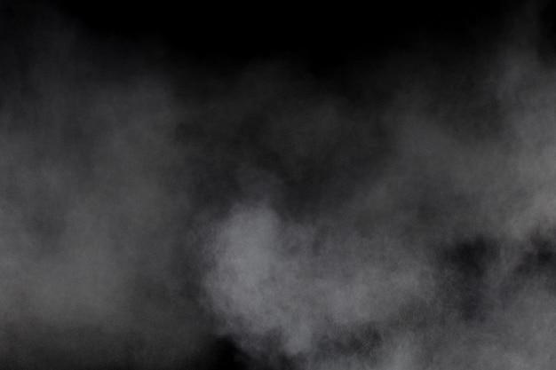 Nuage d'explosion de poudre blanche sur fond noir