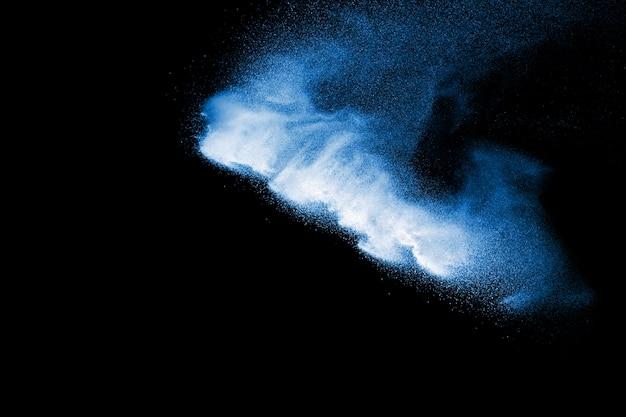 Nuage d'explosion de poudre de couleur bleue isolée sur fond noir.