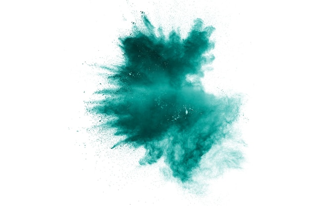 Nuage d'explosion de poudre de couleur verte isolé sur fond blanc. éclaboussures de poussière verte sur le fond.