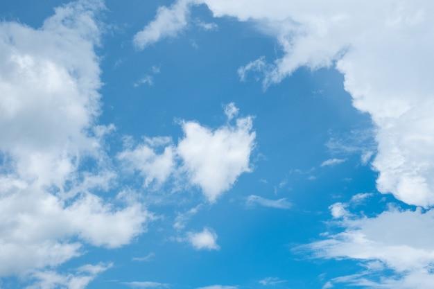 Nuage de forme de coeur sur le ciel bleu clair