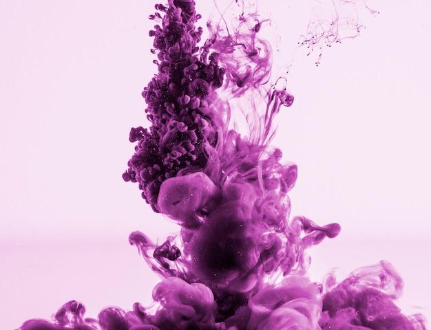 Nuage de fumée violet foncé et dense