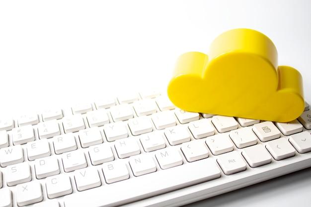 Nuage jaune avec clavier dans le concept de réseau d'entreprise
