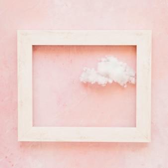 Nuage moelleux dans le contour du cadre contre le mur peint