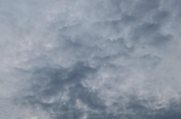Nuage noir avant la pluie dans l'arrière-plan texturé du soir