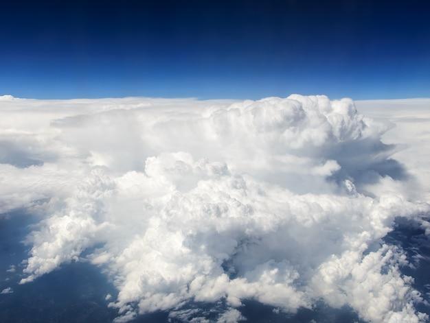 Le nuage d'orage blanc. vue depuis l'avion.