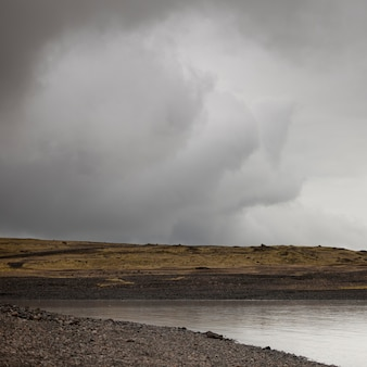Nuage d'orage sur la côte aride du lagon de jokullsarlon