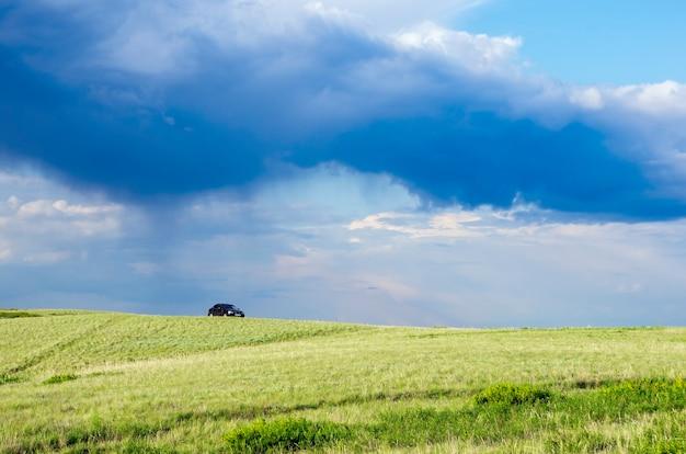 Nuage orageux sur la steppe printanière