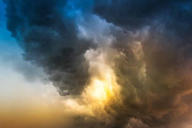 Nuage de pluie au coucher du soleil