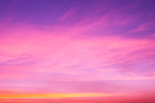 Nuage rose et lumière rose du soleil à travers les nuages avec espace de copie