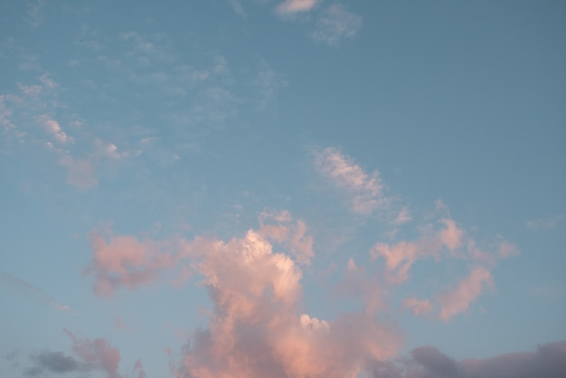 Nuage rose pastel et ciel bleu pastel