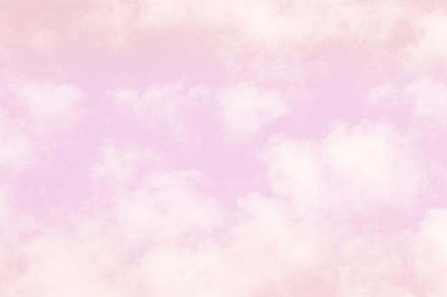 Nuage rose tendre dans le ton pastel coloré de ciel.