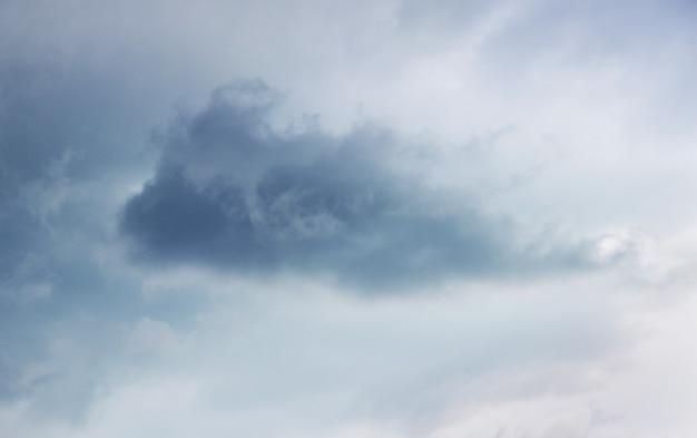Nuage sombre dans le ciel gris pendant une tempête
