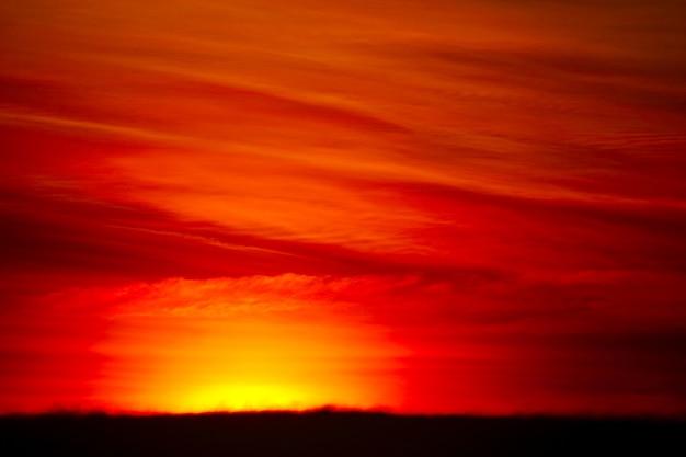 Nuage de tas coucher de soleil floue dans les nuages doux de ciel tropical et orange