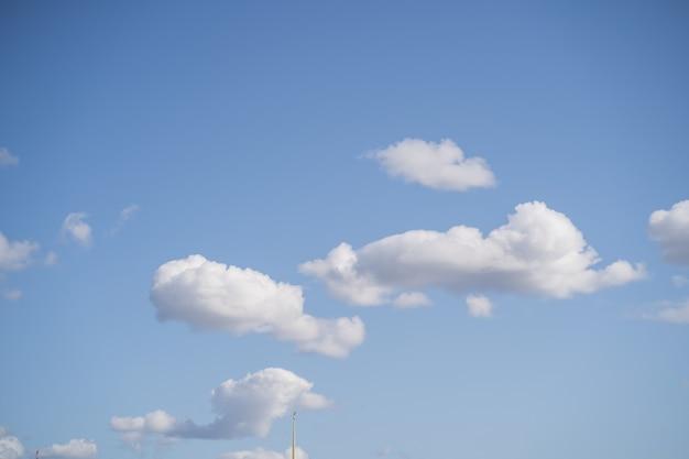 Nuages d'air blancs dans le ciel bleu. ciel ensoleillé pour le fond
