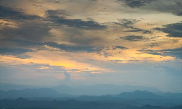 Les nuages au coucher du soleil sur les montagnes