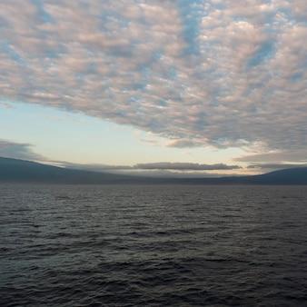 Nuages au-dessus de l'océan pacifique au coucher du soleil, île isabela, îles galapagos, équateur